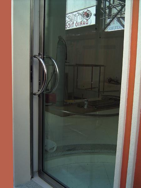 Amato Bruno Acciai - Porta in acciaio INOX e vetro antisfondamento QT91