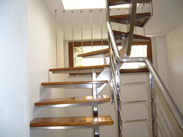 Scala da interni in acciaio con gradini il legno Teak - foto 3